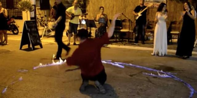 Λεβέντης μπαίνει μέσα στην φωτιά που του έβαλαν και χορεύει το πιο «φλογερό» ζεϊμπέκικο που έχουμε δει
