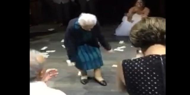 98χρονη γιαγιά χορεύει το ζεϊμπέκικο της ψυχής της στο γάμο της εγγονής της (Video)