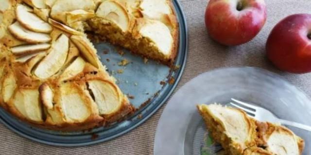 Υγιεινό κέικ μήλου με απλά υλικά και λίγες θερμίδες