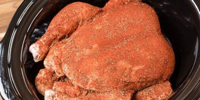Πασπαλίζει το κοτόπουλο με αυτό το μείγμα και το βάζει στο φούρνο - Το αποτέλεσμα; Τραγανό και πεντανόστιμο!