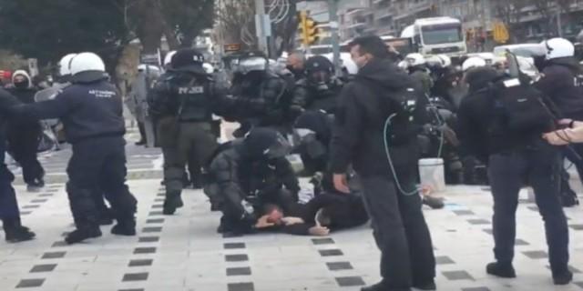 Θεσσαλονίκη: Επίθεση με πέτρες και μάρμαρα σε ΜΑΤ μετά το συλλαλητήριο
