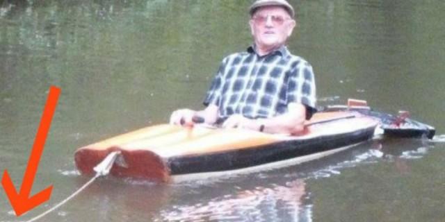 Είδε έναν παππούλη μέσα σε μια βάρκα και παραξενεύτηκε! Μόλις όμως πρόσεξε τι τον τραβάει, έβγαλε αμέσως την κάμερα!