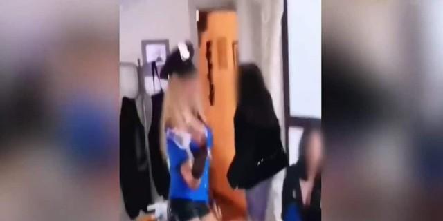 Χλευάζουν την αστυνομία - Νεαρή ντυμένη αστυνομικός σε κορωνοπάρτι (Video)