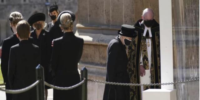 Καταρρακωμένη η βασίλισσα Ελισάβετ στην κηδεία του πρίγκιπα Φίλιππου (photo)