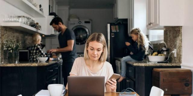 Αλλαγές στο εργασιακό νομοσχέδιο για τους γονείς: Ευέλικτο ωράριο και άδεια δύο εβδομάδων στον πατέρα