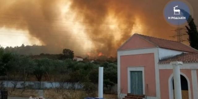 Ανεξέλεγκτη η φωτιά στη Ρόδο - Μήνυμα του 112 για εκκένωση του χωριού Ψίνθος