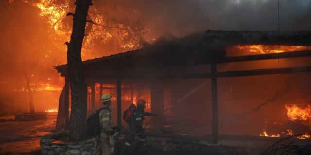 Φωτιά στη Βαρυμπόμπη: Δεκάδες καμένα σπίτια - Πάνω από 300 απεγκλωβισμοί