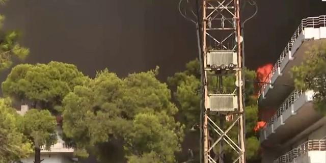 Φωτιά στη Βαρυμπόμπη: Καίγονται σπίτια, τρέχουν να σωθούν οι κάτοικοι!