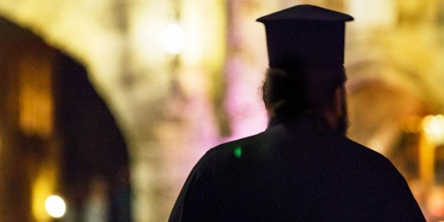 Ιερέας έκλεψε 100 χιλ. ευρώ από το παγκάρι - Αγόραζε ναρκωτικά βιασμού κι έκανε όργια πάρτι