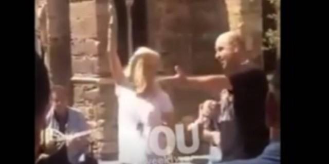 Απίστευτο: Η Ελένη Μενεγάκη στο κέντρο της Αθήνας χορεύει τσιφτετέλι! Βίντεο ντοκουμέντο…
