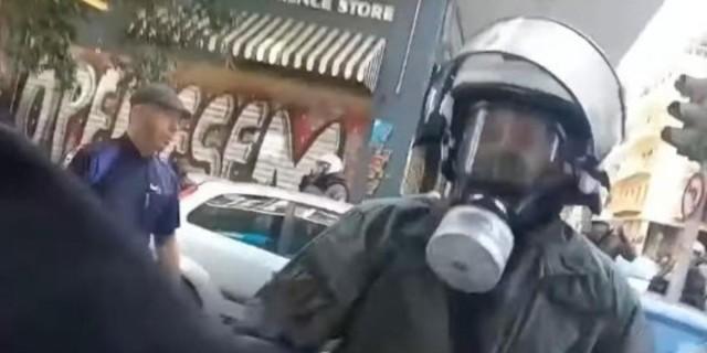 Εξάρχεια: Αστυνομικός των ΜΑΤ σπάει τζαμαρία και φωνάζει «ναι, είμαι τρελός» (vid)