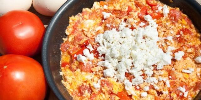 """Αυγά με ντομάτες και φέτα - H συνταγή για """"Καγιανά"""" ή """"Στραπατσάδα"""" που θυμίσει εποχές της γιαγιάς μας"""
