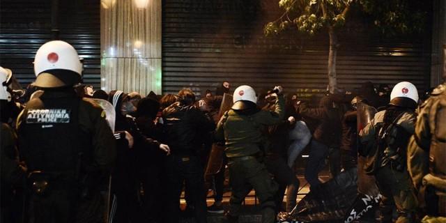 Επεισόδια και χημικά στην πορεία στο κέντρο της Αθήνας για τον θάνατο του 20χρονου στο Πέραμα