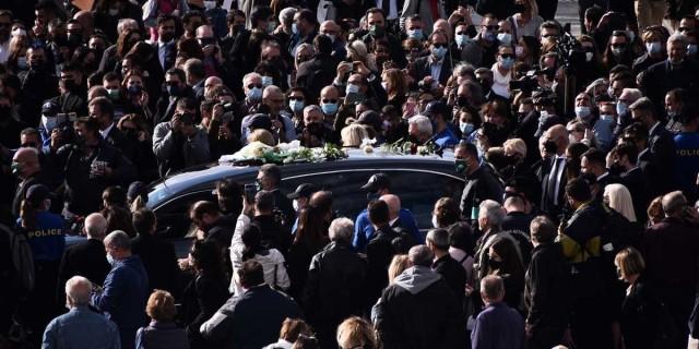 Πανελλήνια θλίψη για τη Φώφη Γεννηματά - Γεμάτο κόσμο το Α' Νεκροταφείο