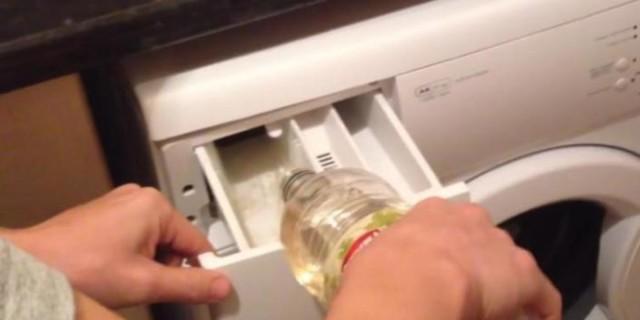 Απίστευτο: Έριξε ξύδι μέσα στο πλυντήριο γιατί... - Μόλις το δείτε θα το κάνετε αμέσως
