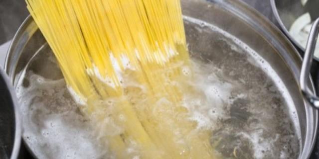 Γιατί οι Ιταλοί δεν σπάνε ποτέ τα μακαρόνια πριν τα βράσουν; Ανακαλύψτε το μυστικό τους