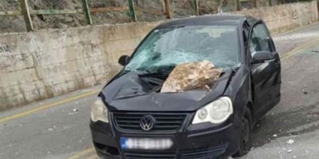 Σοκαριστική εικόνα: Βράχος έπεσε σε αυτοκίνητο ενώ ήταν εν κινήσει