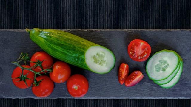 Οι ειδικοί προειδοποιούν: Γι αυτό το λόγο δεν πρέπει να τρώμε ντομάτα μαζί με αγγούρι!