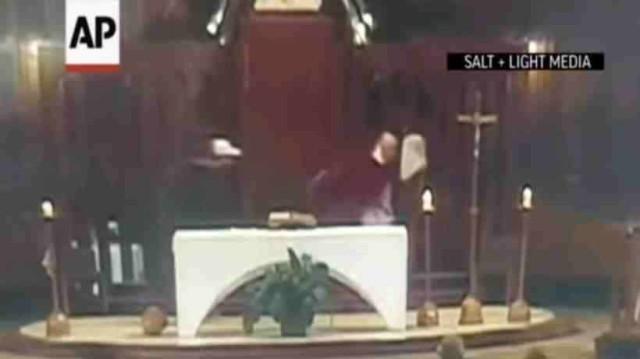 Βίντεο σοκ! Άνδρας μαχαιρώνει ιερέα την ώρα της λειτουργείας!