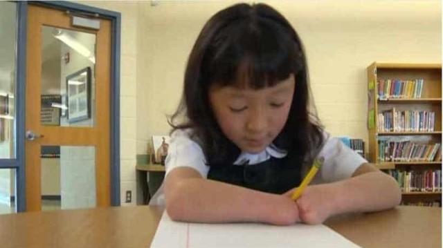 Η συγκινητική ιστορία μιας 10χρονης μαθήτριας που γεννήθηκε χωρίς χέρια αλλά διέπρεψε στην καλλιγραφία!