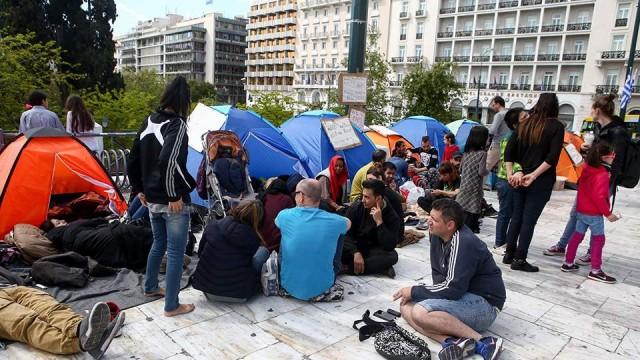 Ταλαιπωρία χωρίς τέλος: Φεύγουν οι πρόσφυγες που είχαν κατασκηνώσει στο Σύνταγμα! Ποια είναι η θέση της πολιτείας;