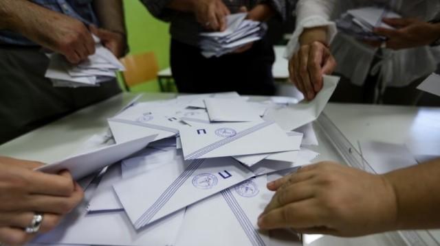 Δημοτικές εκλογές: Ποιοι εκλέχθηκαν και ποιοι συνεχίζουν το ντέρμπι;