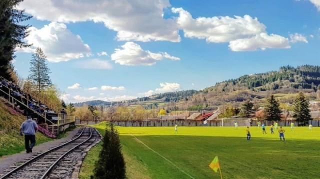 Αδιανόητο: Τρένο περνά μέσα από γήπεδο ποδοσφαίρου! (Video)