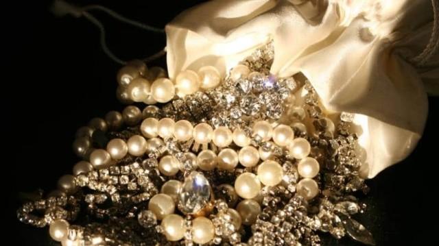 Γυναίκα ξέχασε κοσμήματα αξίας 3,5εκατ ευρώ στο αεροπλάνο! Σε ποια ανήκαν;