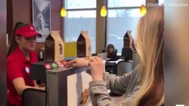 Κωφάλαλο κoρίτσι παραγγέλνει στο ταμείο. Προσέξτε τη συμπεριφορά της ταμίας (Video)