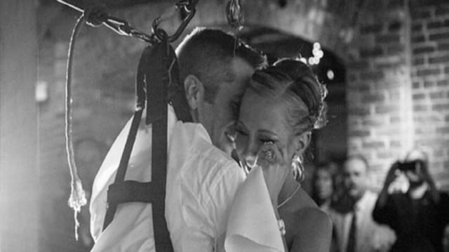 Σηκώθηκε από το αναπηρικό καροτσάκι για να χαρίσει στη γυναίκα του τον πρώτο χορό!
