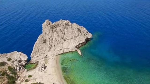 Η κρυφή παραλία μια ανάσα από την Αθήνα που θυμίζει
