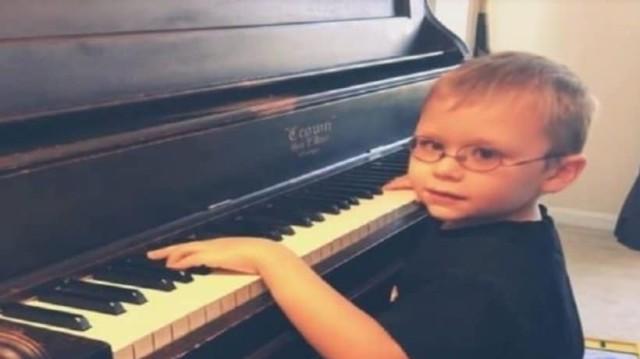 6χρονος τυφλός πιτσιρικάς έμαθε να παίζει πιάνο μόνος του και συγκινεί όλο τον κόσμο!