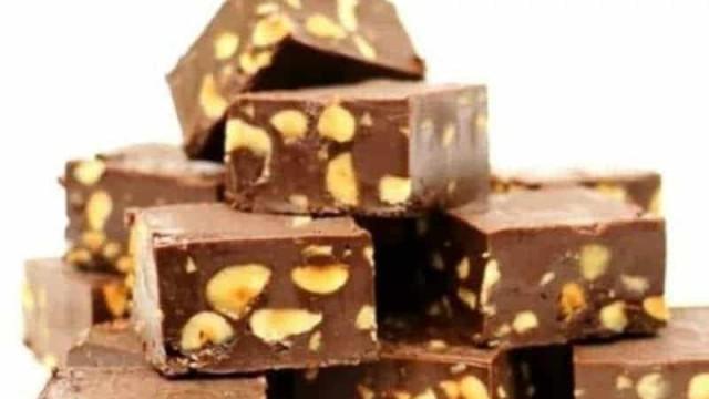 Γλυκό που δεν παχαίνει: Σοκολατένιες μπάρες ψυγείου με 4 υλικά! (Video)