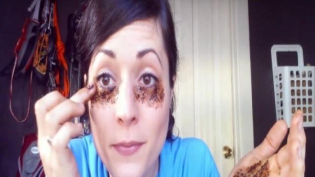Βάζει κόκκους καφέ κάτω από τα μάτια της! Μόλις δείτε τι συμβαίνει θα το κάνετε και εσείς! (Video)