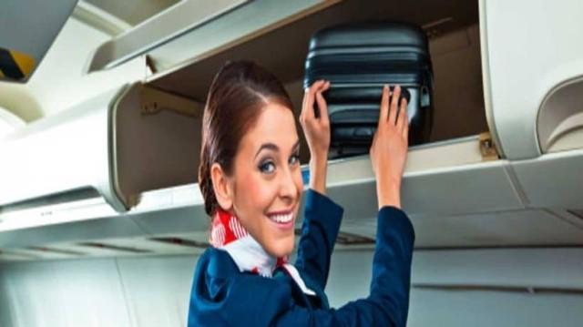 Δείτε γιατί οι αεροσυνοδοί έχουν τα χέρια τους πίσω κατά την επιβίβαση! (photo)