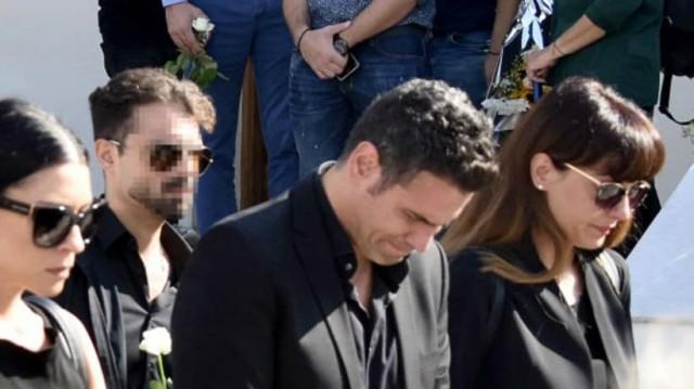 Δημήτρης Ουγγαρέζος: Ραγίζει καρδιές η εικόνα του από την κηδεία της μητέρας του!