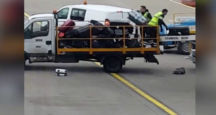 Ryanair: Απίστευτο βίντεο! Σαν σκουπίδια πετάνε τις βαλίτσες! (Video)