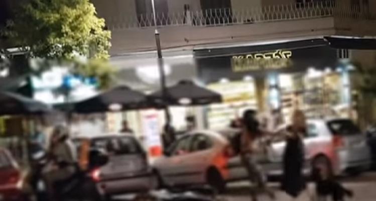 Απίστευτο βίντεο: Δύο γυναίκες «έπαιξαν» μπουνιές και κλωτσιές στο κέντρο της Θεσσαλονίκης!