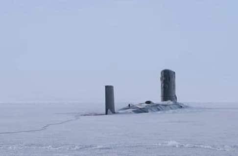 Βρετανικό πυρηνικό υποβρύχιο αναδύεται από τους πάγους της Αρκτικής