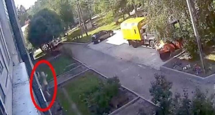 Βίντεο - σοκ: Δύο εργάτες πιάνουν ένα 3χρονο αγοράκι που έπεσε από τον 4ο όροφο!