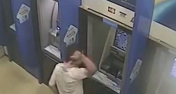 Απίστευτο βίντεο: Μάλωσε με σεκιουριτά τράπεζας και έσπασε τέσσερα ΑΤΜ με σφυρί!