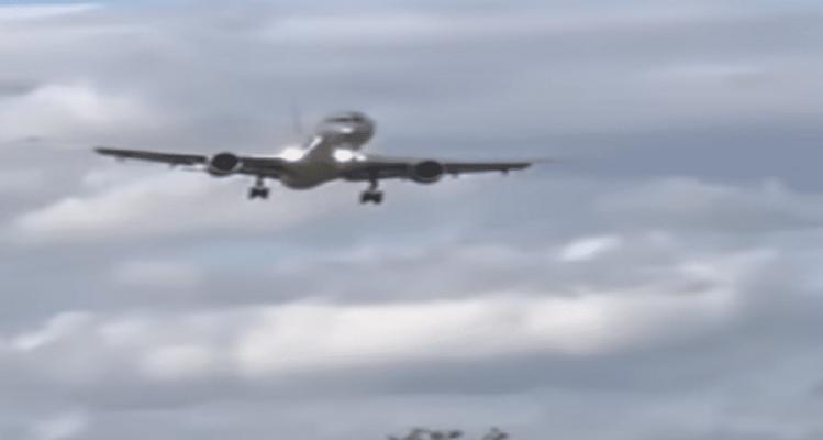 Απίστευτο βίντεο: Πώς ένα αεροπλάνο έγινε... φτερό στον άνεμο!