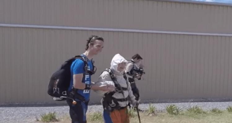 Αν το λέει η καρδιά σου: Γιαγιά ετών... 102 έκανε ελεύθερη πτώση! (Video)