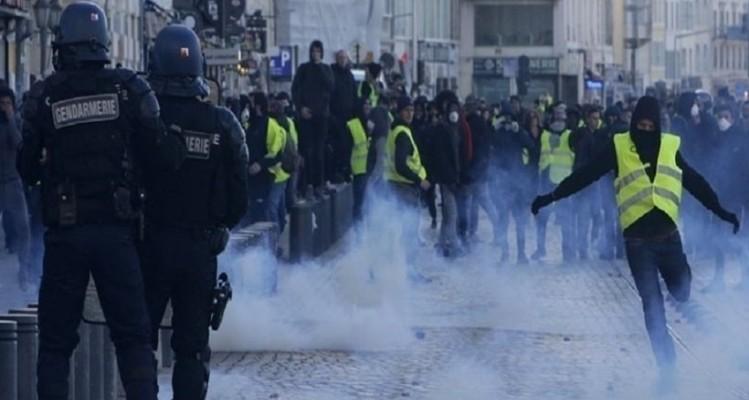 """Παρίσι: Η αγκαλιά αστυνομικού με διαδηλώτρια των """"Κίτρινων Γιλέκων""""! (video)"""
