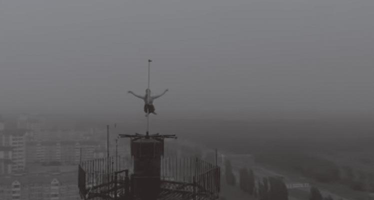 Ένα βίντεο που κόβει την ανάσα: Έκανε pole dancing στην κορυφή 16οροφου κτιρίου!