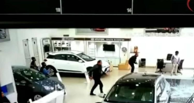 Απίστευτο: Οδηγός σε έκθεση τέσταρε αμάξι και έσπασε τα πάντα! (video)