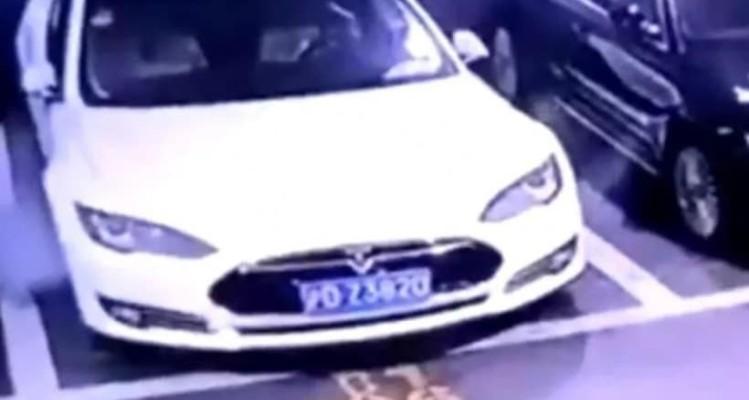 Απίστευτο: Αυτοκίνητο παίρνει φωτιά με σβηστή μηχανή! (Video)