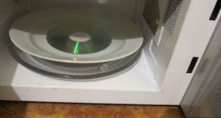 Απίστευτο: Έβαλε ένα CD στο φούρνο μικροκυμάτων. Το αποτέλεσμα θα σας σοκάρει!