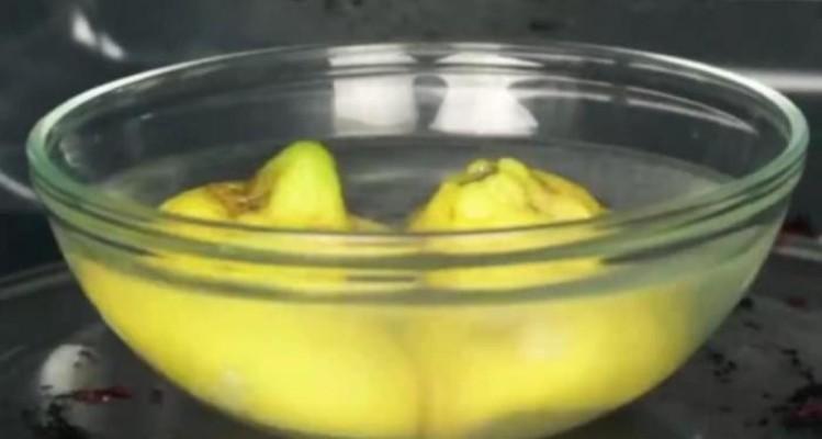 Ρίχνει σε ένα μπολ νερό και λεμόνι και τα βάζει στον φούρνο μικροκυμάτων. 3 λεπτά μετά; Θα εκπλαγείτε με το αποτέλεσμα