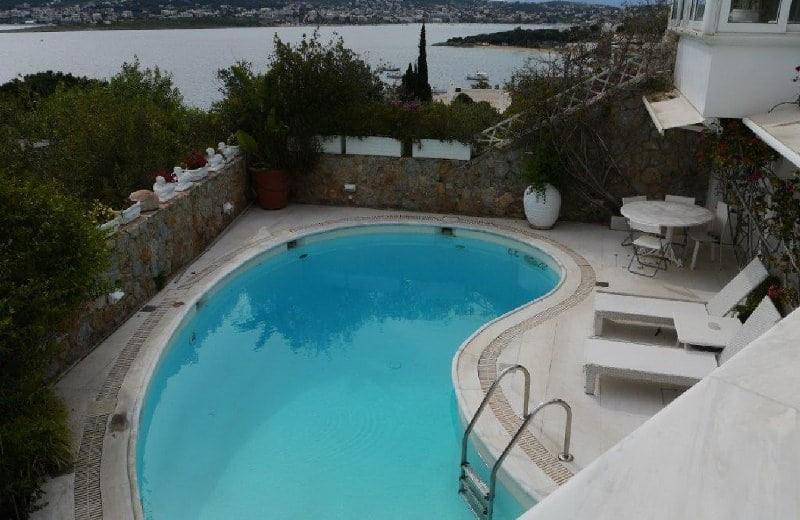 Πωλείται το σπίτι στο οποίο πέθανε η Ζωή Λάσκαρη στο Πόρτο Ράφτη: Η μαγευτική θέα, η πισίνα και οι κήποι όνειρο! (photos)